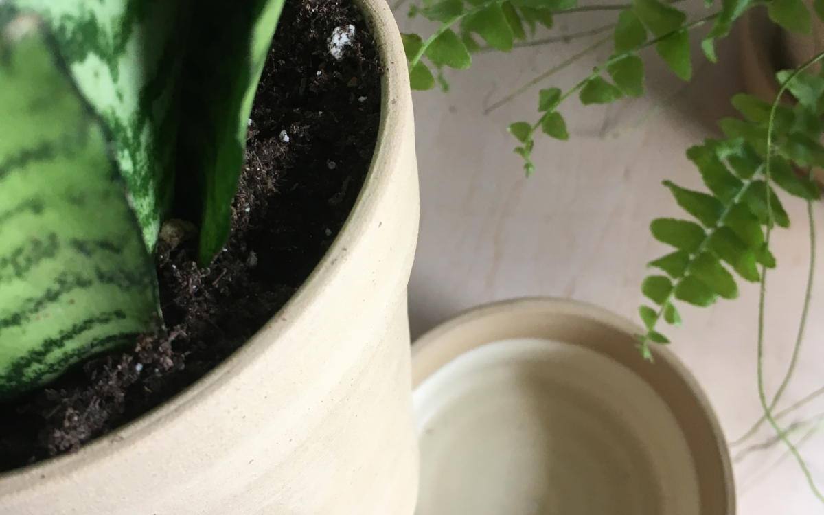 terakotový květináč vysoký s glazovanou miskou