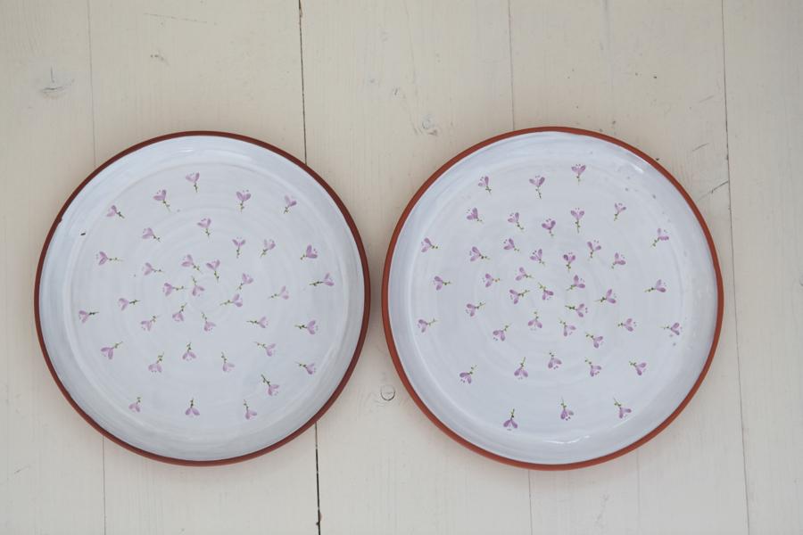 dva aušusové jídelní talíře krokus